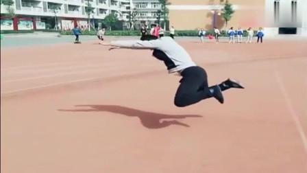 我们的体育老师示范立定跳远,你说强不强