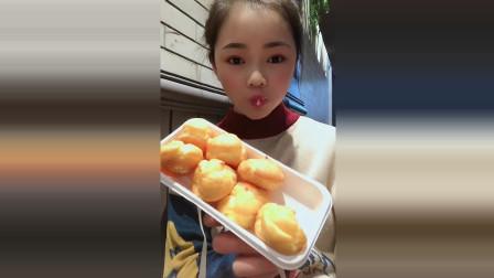 小姐姐吃播:看到这个泡芙瞬间饿了,奶油也太多了