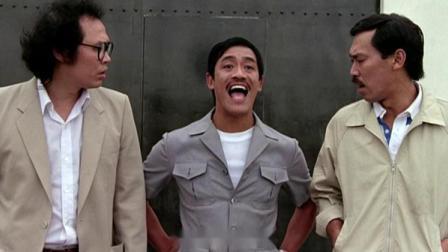 男子出狱狂吸空气,不想美女带着一群保镖就停在面前,男子看懵了