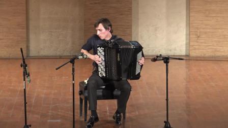青年俄罗斯手风琴演奏家 现场音乐 第一部分