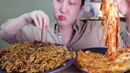韩国吃货小哥,吃炸酱面,配上辣白菜,大口大口的吃,吃得真过瘾
