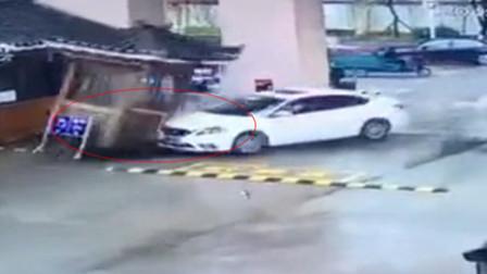 紫桐传媒 第一季 女司机误操作撞坏升降杆将保安岗亭连根铲除