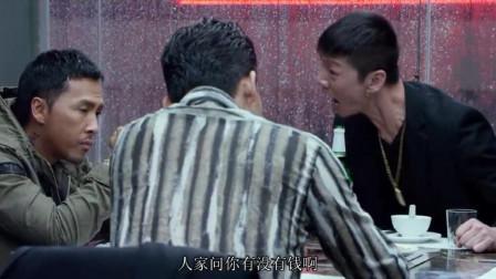 黑帮小弟吃火锅占座,还敢对男子叫嚣动手,结果老大来了管他叫哥
