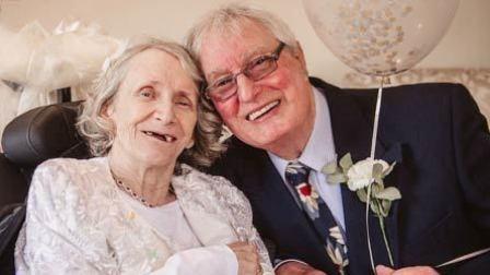男子连续43年求婚被拒 女方72岁求嫁坐轮椅终完婚