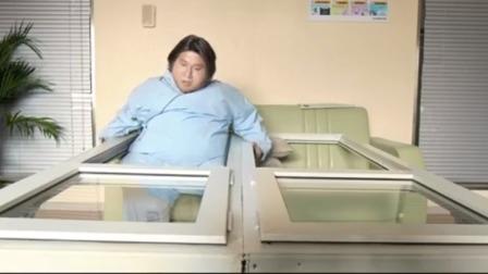 胖子被卡进窗户里,小伙帮助胖子,没想到连着窗户都被拉了下来