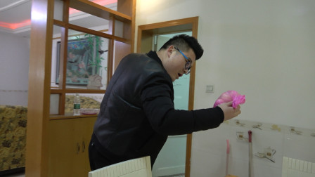 弟弟失业了,贤惠的妻子每天都给他带鸡蛋,小伙却说弟弟太傻了!