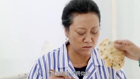 儿媳给婆婆送鸡蛋饼,结果自己上去就拿俩吃,还真是个吃货啊