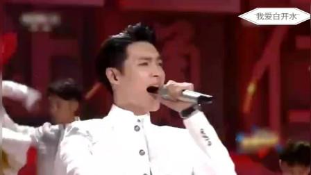 张艺兴帅气演唱《精忠报国》很好听!中间摘耳返的动作太帅!