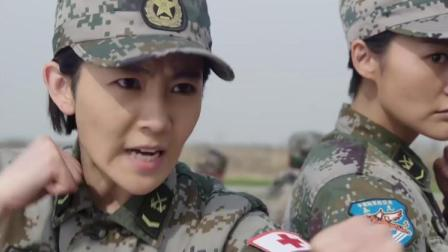 歹徒太嚣张了,竟敢袭击军区首长,女兵忍不住的直接开打!