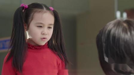 小女孩真可爱,故意跟门卫士兵说话,原来这是一场套路呀