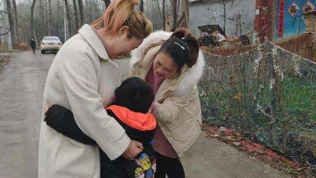 农村二姐又要出门挣钱了,孩子哭一次心软一次,真想留下来陪孩子
