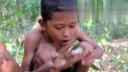 荒野求生:农村兄弟俩在深山里烤猪肉吃,这做法看得人口水直流