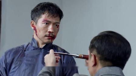 奸细威胁二爷想得到图腾,拿刀指着他,不料一转眼却把自己给捅了