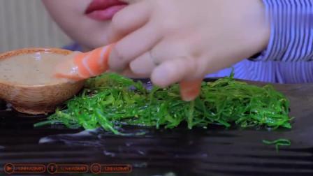 重口小姐姐吃新鲜三文鱼生鱼块配着海藻