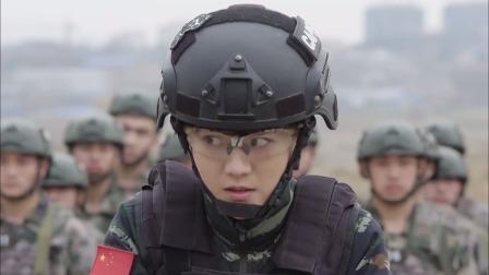 小伙和女兵组装手枪,没想到女兵速度惊人,男兵看到自叹不如!