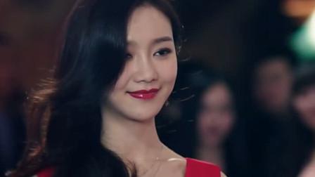 陈白露一身红色礼服出现,夺取众人目光,她送了海棠最喜欢的书籍
