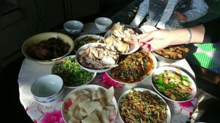 为什么很多东北人不富?建三江农场小伙卖完粮食先吃,4个人11个硬菜