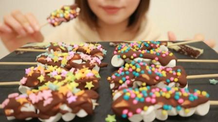 行旅天下 小姐姐吃巧克力棉花糖大餐,一串串吃得真过瘾,网友:味道美极了