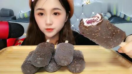 吃播小姐姐,吃一盘巧克力味的冰淇淋,吃得太冰了
