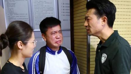 小伙不想上学,被父母拽到学校,可怜天下父母心啊!