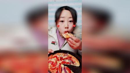 火腿肠披萨吃一个。