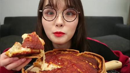 颜值超高的小姐姐吃拉丝芝士披萨,一口咬下去超爽