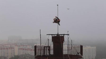 女演员爬上16层高楼,在房顶的天线跳钢管舞,完全没有保护措施!