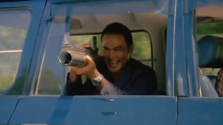 大佬被摩托高手追杀,掏出火箭筒想要干掉他,不料拿反了