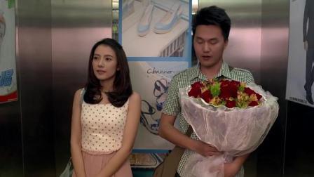 美女电梯看见有人捧花,以为是追求者吓得不敢吱声,结果出糗了