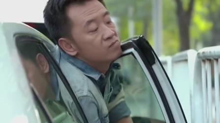 美女好不容易等到车位,不料被人抢了,女司机当场报复对方