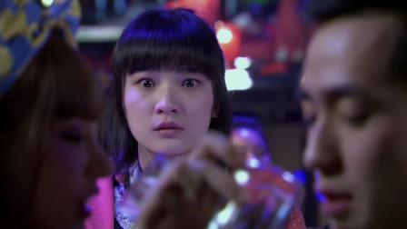 男友竟在酒吧里和美女喝交杯酒,女孩看到懵了不料男友反过来骂她