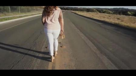 时尚穿搭:粉色上衣搭配白色裤子,清爽好看