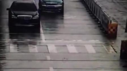 """轿车突然变道 出租车被弹飞""""四脚朝天""""躺路上"""