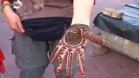 印度人将植物做成的染料画在手上,在一些庆典上迎接重要的人