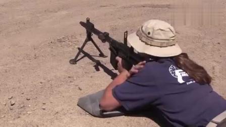 老外花式秀枪法,枪法好像有待商榷!