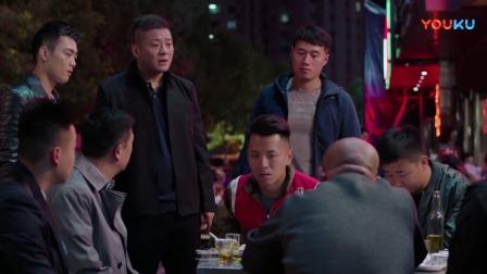 混混刚想要打小伙,不料小伙背后突然来了一群便衣警察,混混傻了