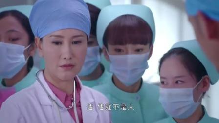 病人处在昏迷状态,不料医生说出他的名字,护士们吓的退后好几步