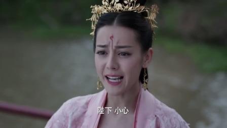 皇帝落水都慌了,凤九却来了个美女救英雄,皇帝眼神都快掐出水了