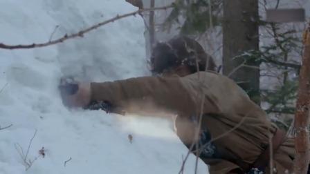 战士拿手雷炸暗堡,却被鬼子推出来,战士直接用身体挡住