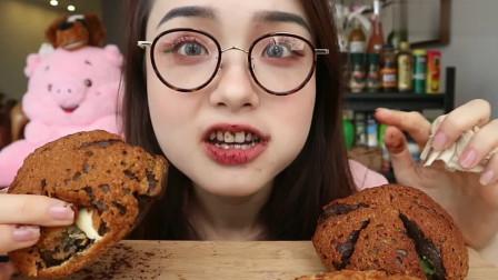 上海萌妹子吃播:小姐姐吃奶油巧克力包,看起来很美味!