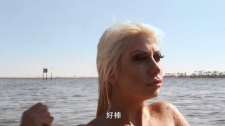 金发美女下水游泳,不料下一秒直接被鲨鱼吞了,岸上的人都看懵了