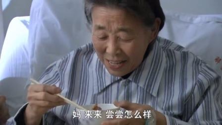 俩夫妻为了给奶奶做饭,不料把鱼给煎糊了,结果奶奶夸赞好吃