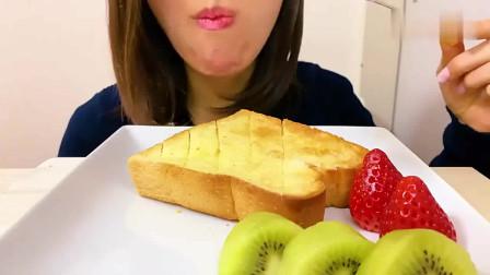 国外女吃货,吃烤酥脆,砂糖黄油厚片,法式白吐司草莓猕猴桃