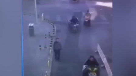 奇葩!男子街头碰瓷三轮车 女车主当场蒙圈