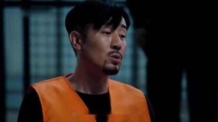 小伙被狱霸联手起来欺负,向他强灌洁厕灵,同伴用牛奶救他一命