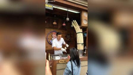 网红土耳其冰淇淋的帅哥上班了