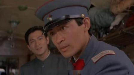 士兵执意要查盒子,不料男子掏出证件给他,他一看立马道歉敬礼