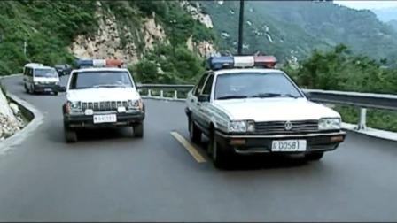 警车也玩飙车,山路十八弯,警车一脚油门才知道好车就是好车