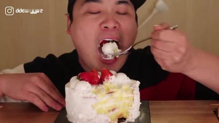 韩国大胃王胖哥,吃奶油草莓蛋糕,一口一口吃真香