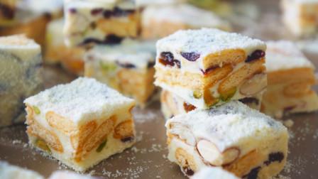 雪花酥的做法(6)将坚果和苏打饼干、冻草莓干、芒果干等放入锅中搅拌均匀5分钟
